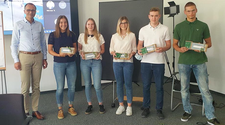 So sehen Sieger aus: Die Entwickler des Projekts «Plattform Fahrgemeinschaften» erreichen den 1. Platz bei der Hochland Company Challenge 2021.